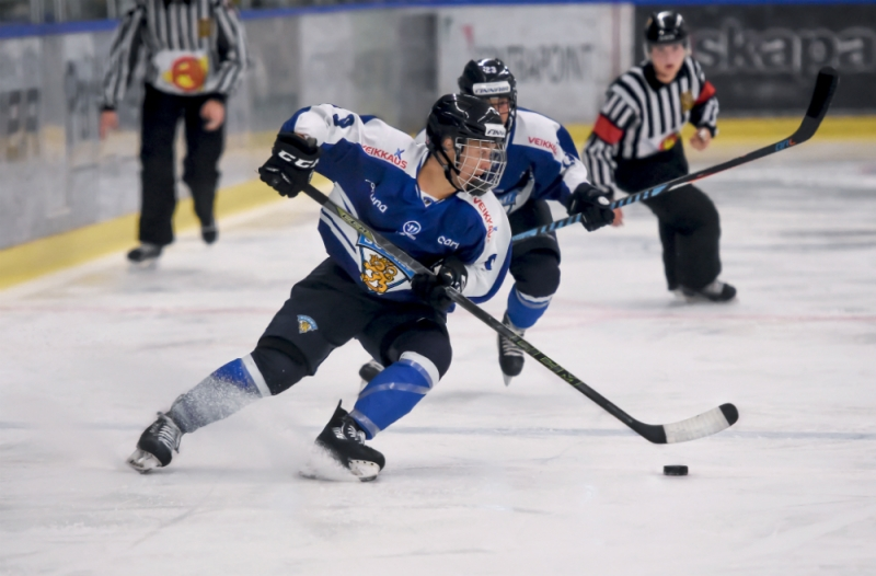 Venla Hovi of Finland's women's national team quickly turns with the puck. (Mats Bekkevold)